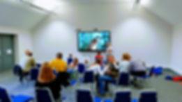 Dodatkowej frajdy dostarczył naszym pociechom dotykowy ekran telewizora w sali konferencyjnej, który świetnie spełnił się w roli tablicy.