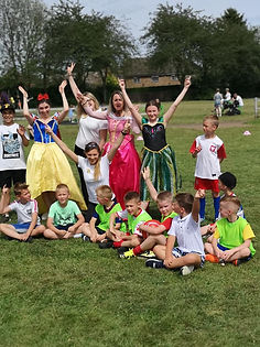 Maluchy i ich rodzice mogli wziąć udział w licznych zabawach i grach zespołowych, w których dzielnie sekundowały im księżniczki - tak! najprawdziwsze disnejowskie księżniczki!