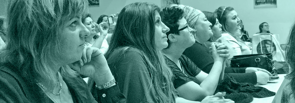 תקריב לפניהם של תלמידי אוניברסיטה בעם יושבים בכיתה במהלך טקס סיום של קורס פסיכולוגיה
