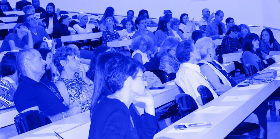 תלמידי אוניברסיטה בעם יושבים בכיתה של האוניברסיטה העברית במהלך טקס סיום שנת לימודים