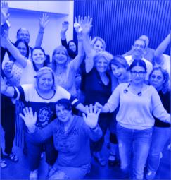קבוצת תלמידי אוניברסיטה בעם, שמחים ומרימים ידיים באוויר