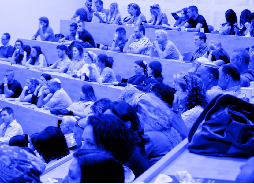 תלמידי אוניברסיטה בעם יושבים בהרצאה בקורס פסיכולוגיה באוניברסיטה העברית בירושלים