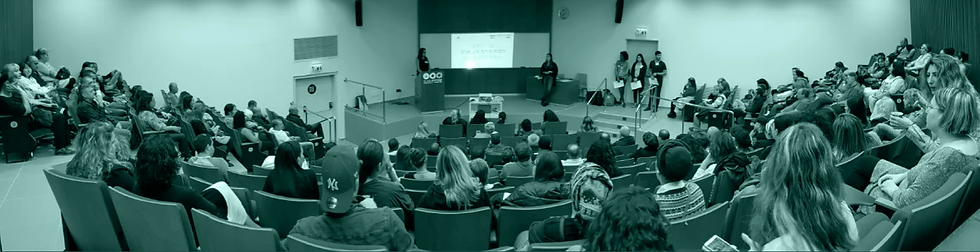 תלמידים יושבים בשיעור באודיטוריום של אוניברסיטת תל אביב
