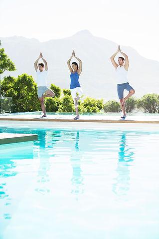 position de yoga devant une piscne