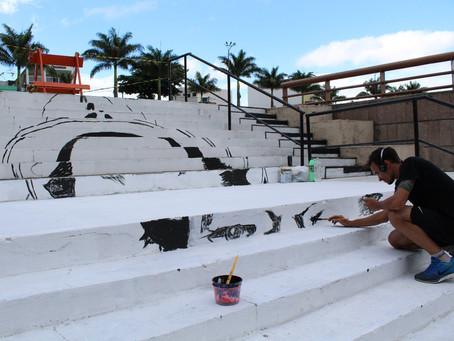 Cantor Dominguinhos ganha vida em pintura na escadaria da praça que homenageia o mesmo