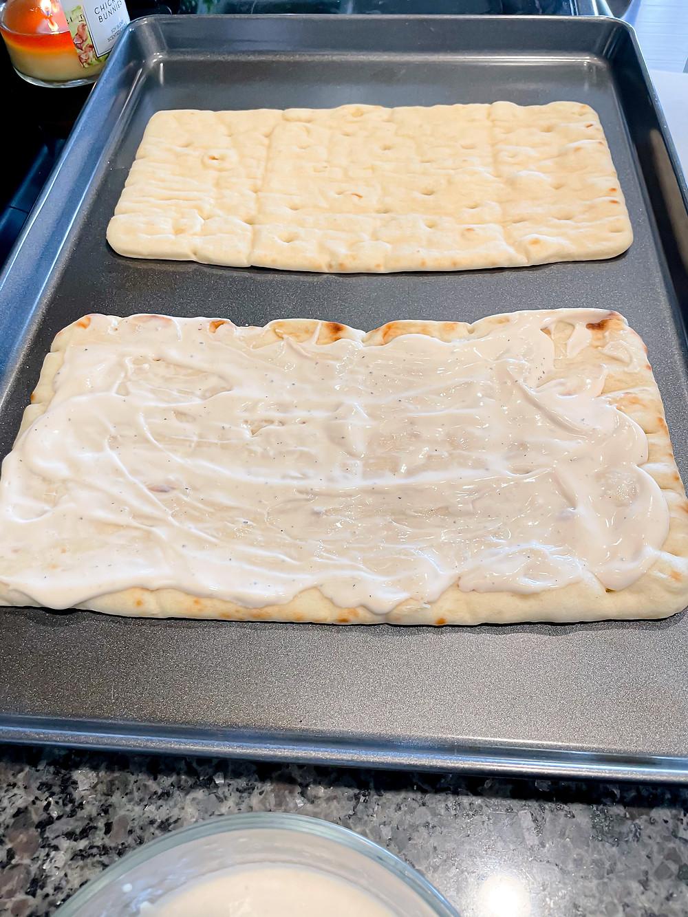 Chicken Alfredo Flatbread recipe. Flatbread from Aldi- aesthetic pizza picture, flatbread pizza, flatbread appetizer, easy appetizer, easy meal, affordable meal.