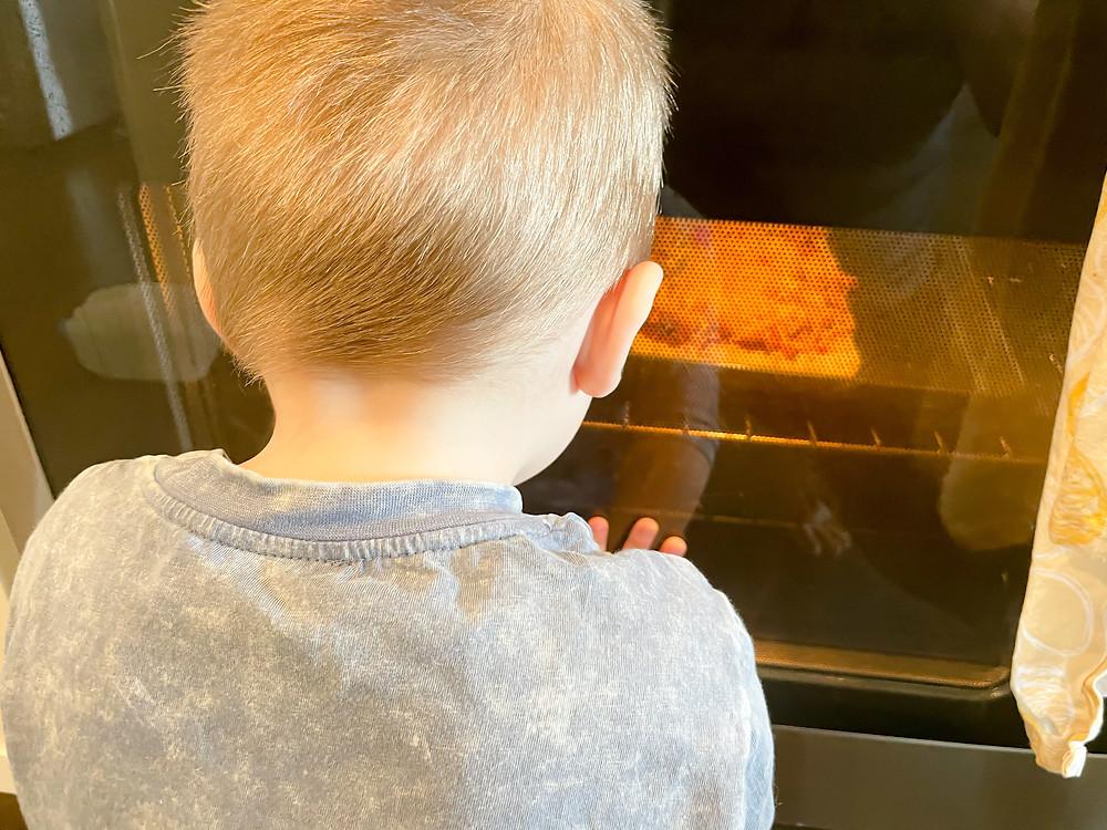 Chicken Alfredo Flatbread recipe. Flatbread from Aldi- aesthetic pizza picture, flatbread pizza, flatbread appetizer, easy appetizer, easy meal, affordable meal. Toddler helping cook pizza