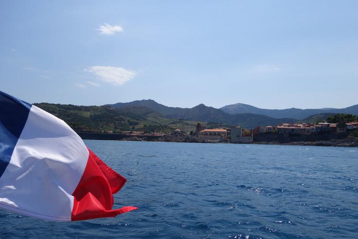 Collioure dans le sillage de Lodos 12 pers Maxi, un bateau, la mer, le vent, un catamaran pour beaucoup mieux qu'une promenade ou sortie en mer.