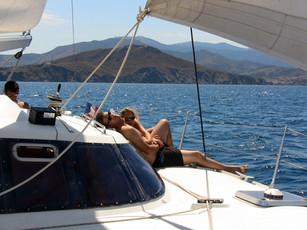 Depuis Saint Cyprien avec le catamaran lodos découvrir la Côte Catalane et la voile avec confort sur un bateau stable navigant toujours à plat.