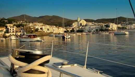 Au cœur de l'écrin du parc naturel du Cap de Creus, son joyau le village de Cadaqués au petit matin depuis le catamaran lodos.
