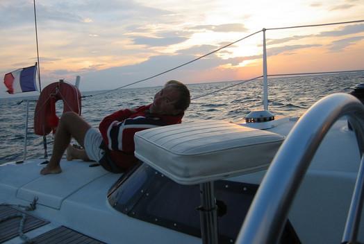 lionel le regard vers l'horizon à bord du catamaran lodos entre la côte Catalane et les Baléares.