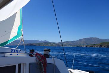 Le Catamaran lodos, une promenade en bateau, une sortie en mer, plus que cela, ici au large du cap Béar, devant l'anse de Paulilles et Banyuls-sur-Mer.