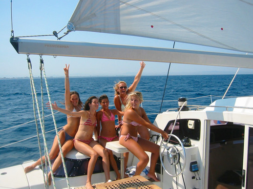 Une sortie en mer ou balade en mer à saint cyprien à bord du catamaran lodos vous êtes les équipiers et les équipières de votre journée en mer.