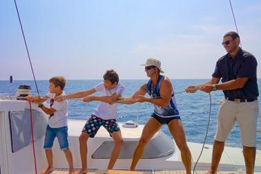 A bord du catamaran lodos, du plus petit au plus grand, manœuvres et découverte pour tous, au départ de Saint Cyprien.