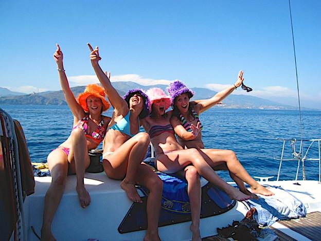 Une promenade en mer autrement catamaran lodos au large de Port-Vendres devant le cap Béar grosse ambiance après l'envoi du spi par l'équipe féminin