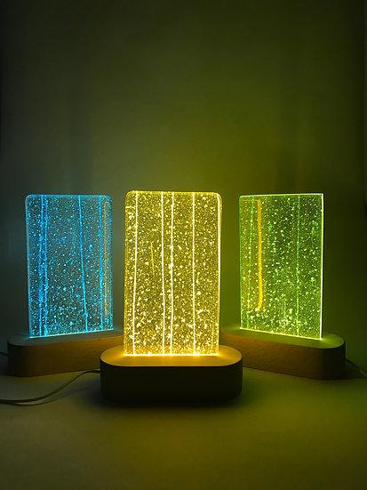 Lampa med mönstrat glas i olika färger