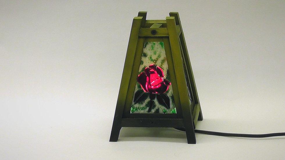 Bordslampa med vacker blomma i glas