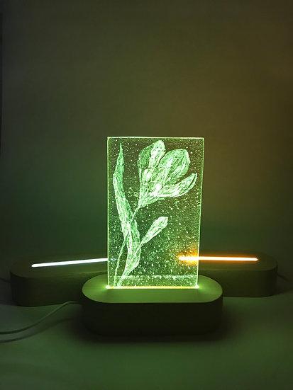 Lampa med blomma i glas