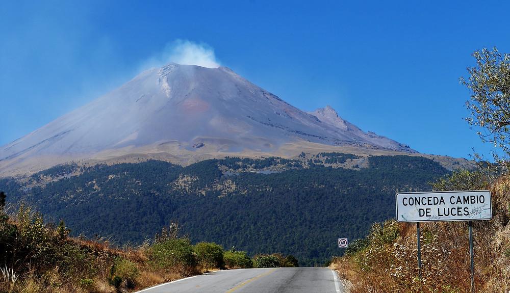 Puebla volcano, Mexico Popocatépetl andIztaccíhuatl active