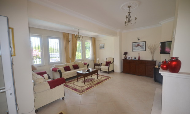 HIgh Ceilings/Well Proportioned Room