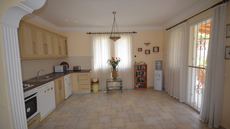 Kitchen with space for table/chairs