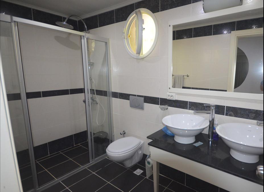 Bathroom at entry.JPG