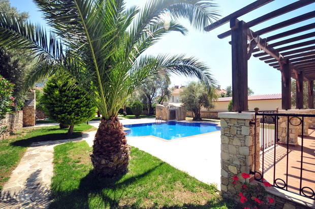 Beautiful Gardens & Pool