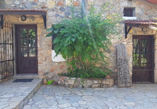 Side patio terrace