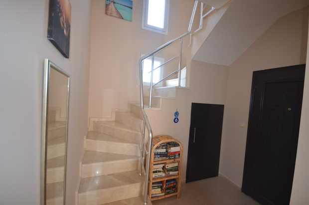 12. stairs and entrance hallway_resize