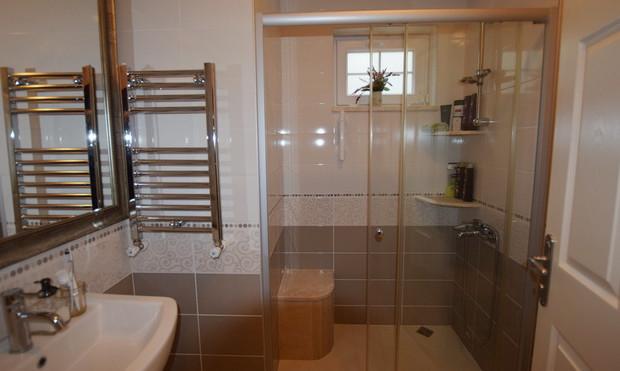 13. second family bathroom lower level_r