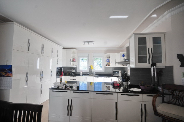 13. kitchen from dining area_resize.JPG