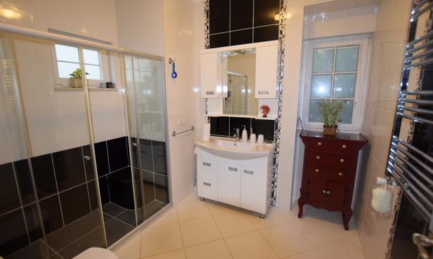 6. bathroom one upper floor_resize.JPG