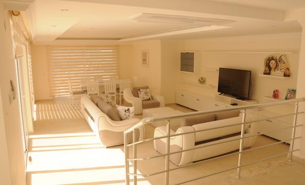 7. lounge_resize.JPG
