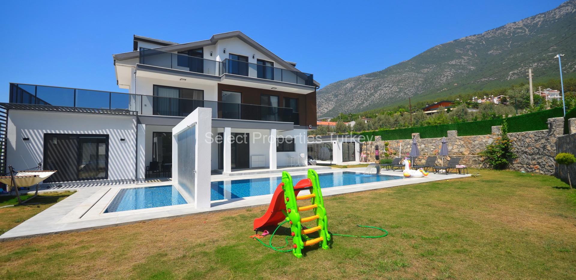 1. Stunning 6 Bedroom Villa