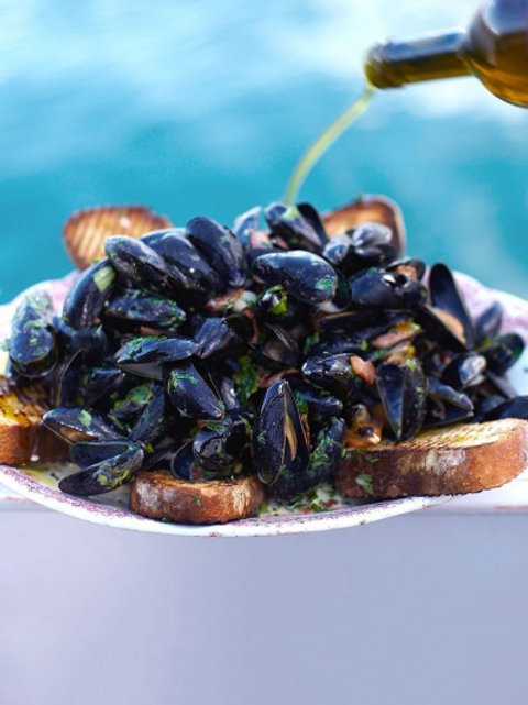 Jamie's creamy mussels with smoky bacon & cider