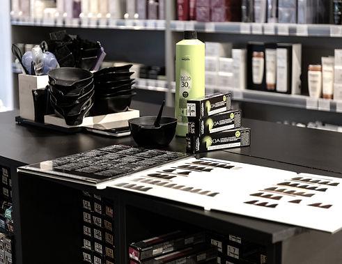 Vi slingar och färgar håren med produkter frånLoreal professional..