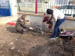 Amandine et une amie lors d'un sauvetage de lapins
