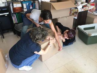 Christiane, Cathy et Nathalie préparent les colis d'aide à l'international