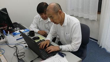 パソコン教室 マンツーマン指導場面