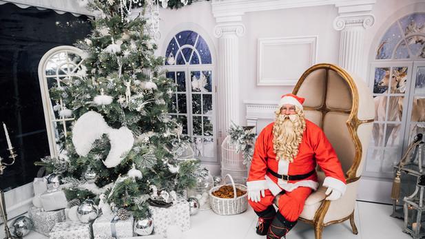 Ciemos pie Ziemassvētku vecīša