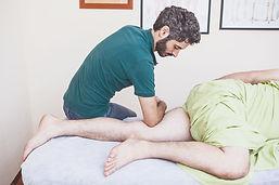 עיסוי השרירים המקרבים של הירך