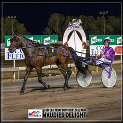 MAUDIES DELIGHT, driven by Mark Hewitt, wins at Parkes Trots