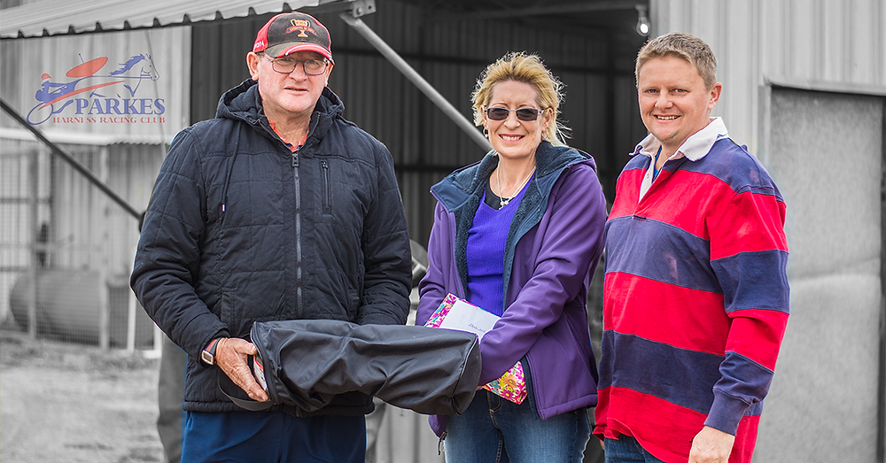 Pictured are Parkes Harness Racing Owners & Trainers President Ian Logan with sponsors Debbie and Steve Blaxland of Parkes Farm Centre.