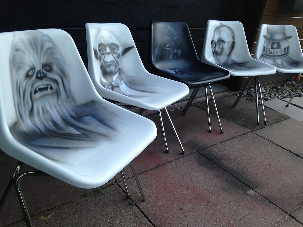 Star Wars au airbrush et acrylique sur chaises | Yan Pigeon peintre et artiste Québécois