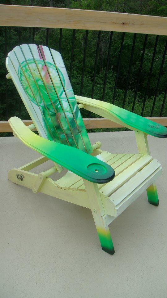 Création au airbrush sur chaise de plage | peinture sur meuble par Yan Pigeon artiste et peintre Québécois  2