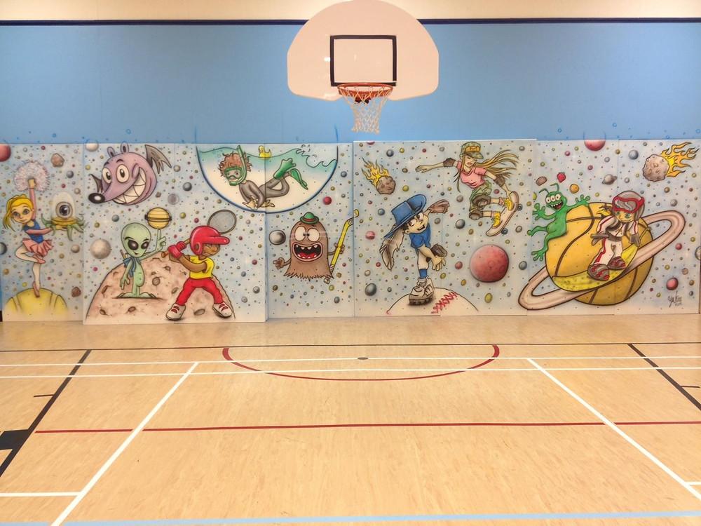 Decoration murale peinte au airbrush dans un gymnase à Québec | Enfants dans l'espace | Yan Pigeon