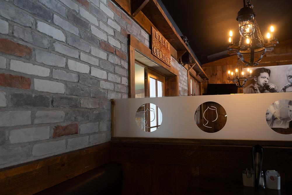Décoration pour salon - faux fini en mur de pierre dans un restaurant | imitation de brique à Québec