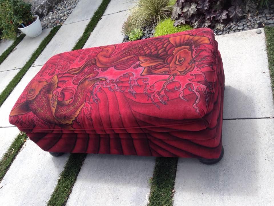 Poisson koi au airbrush sur meuble à Québec | Yan Pigeon artiste et peintre moderne
