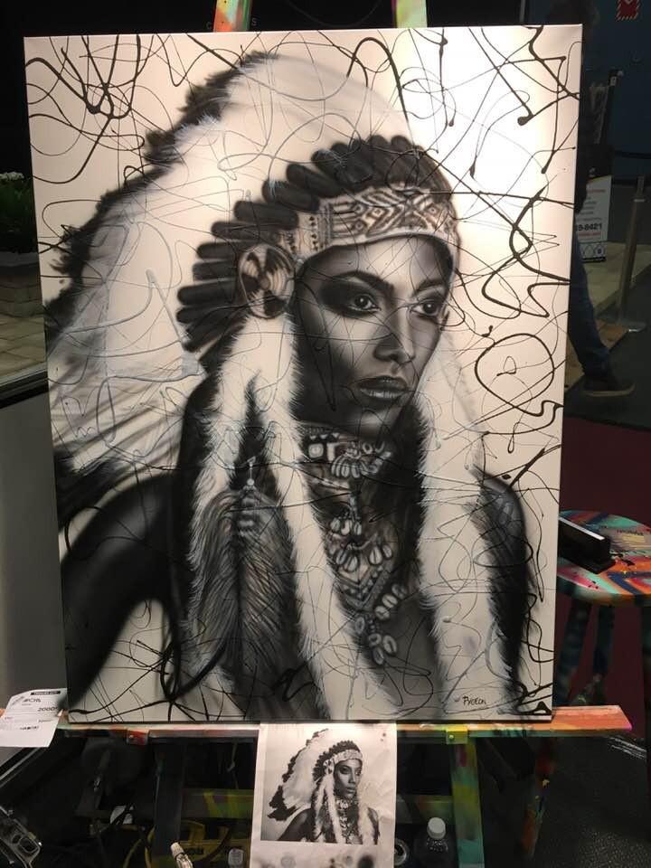 Peinture sur toile en noir et blanc d'une coiffe amerindienne par Yan Pigeon
