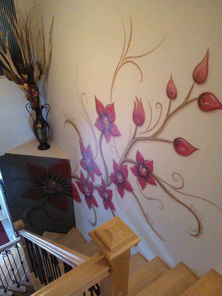 Fleur peinturé au airbrush sur une murale | Déco de mur par Yan Pigeon artiste et peintre québécois 2